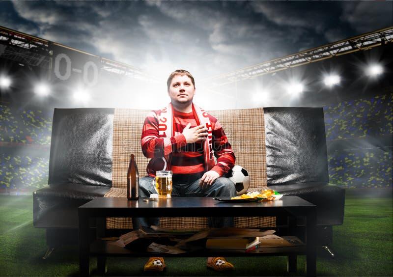 Fan de foot sur le sofa image libre de droits