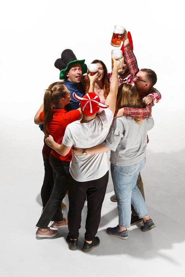 Fan de futebol que abraçam com cervejas no fundo branco foto de stock