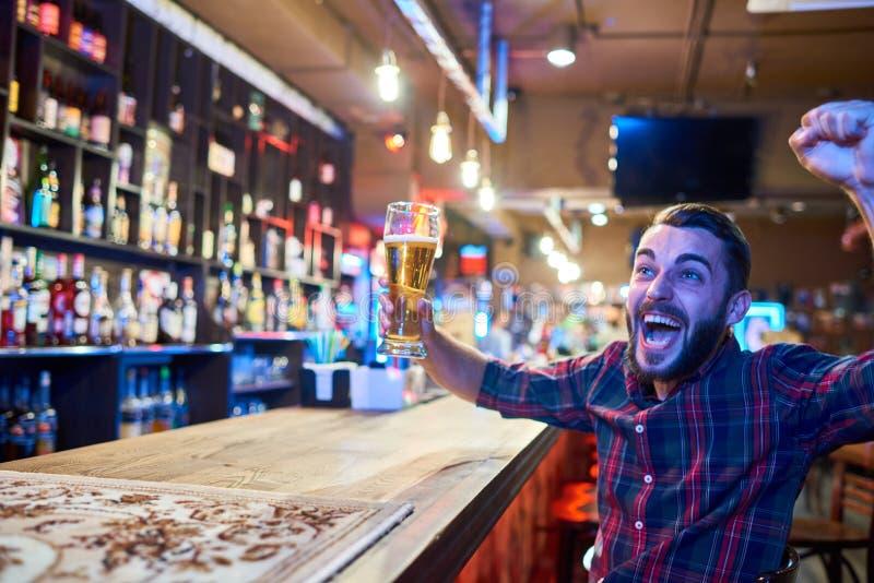 Fan de sports enthousiaste dans le bar image stock