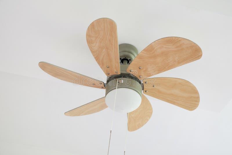 Fan de techo eléctrica con la lámpara imagen de archivo libre de regalías