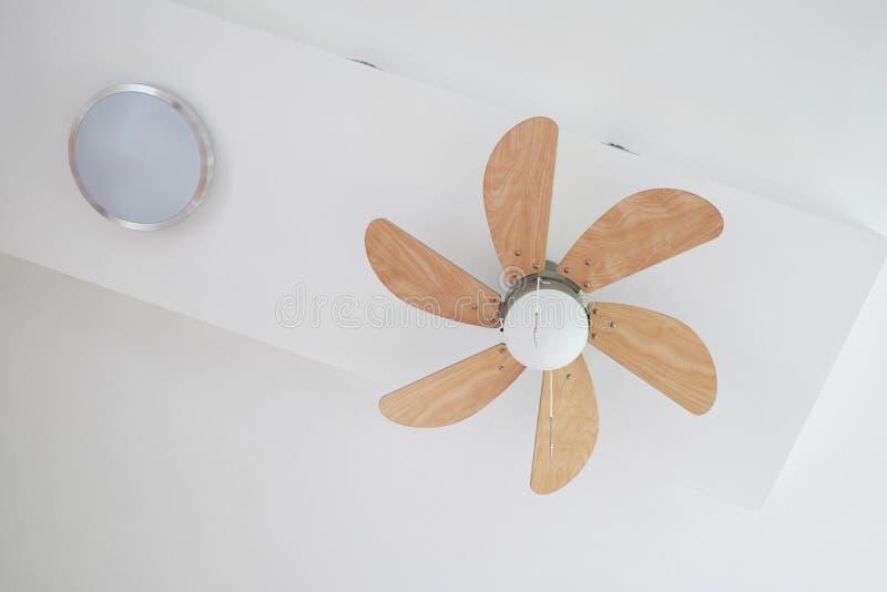 Fan de techo eléctrica con la lámpara fotos de archivo libres de regalías
