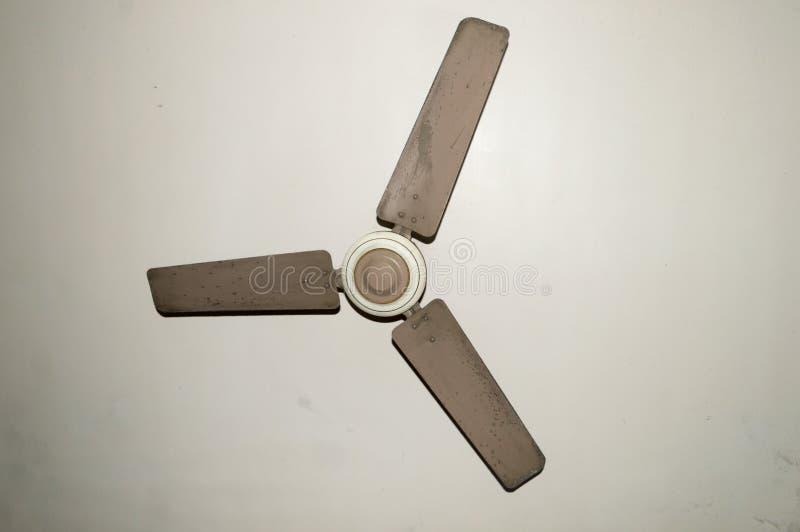 Fan de techo electrónica vieja antigua del metal con tres cuchillas en aislante de la casa del vintage en el fondo blanco fotografía de archivo libre de regalías