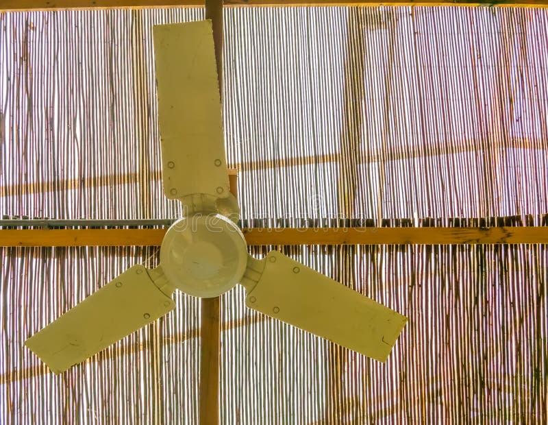 Fan de techo que cuelga en el tejado, sistema de enfriamiento básico para los climas tropicales y calientes imagenes de archivo
