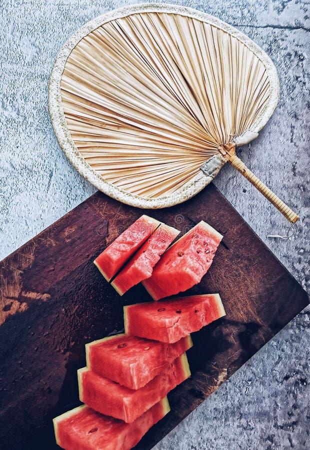 Fan der chinesischen Art mit Wassermelonenhintergrund lizenzfreie stockbilder