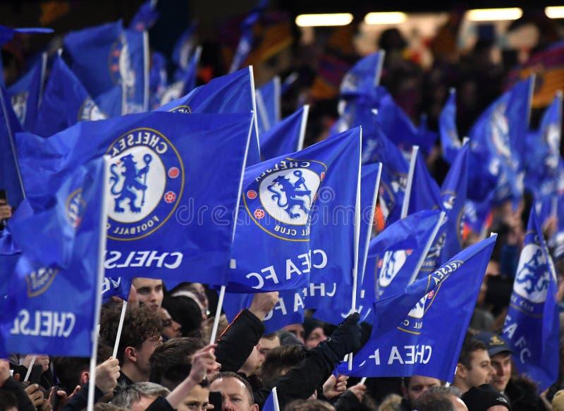 Fan di Chelsea che ondeggiano le bandiere fotografie stock
