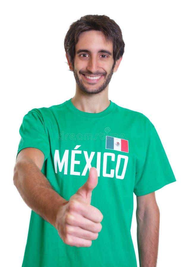 Fan di sport messicano con la barba che mostra pollice su fotografie stock libere da diritti