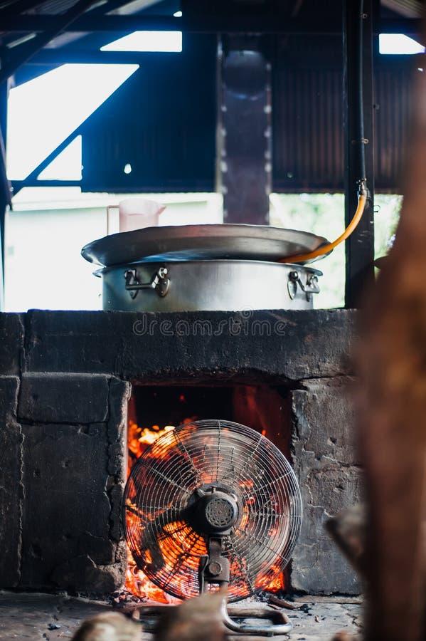 Fan dmuchania ogień w drewnianej płonącej kuchence zdjęcie royalty free