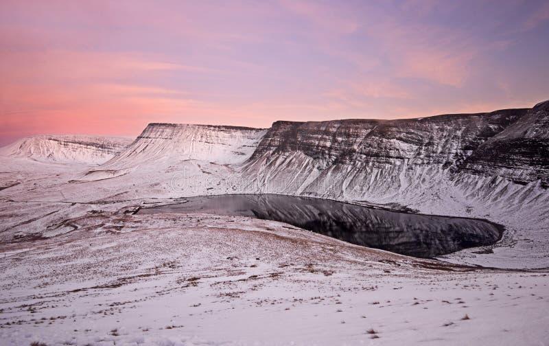 Fan Fach Llyn Y in der Schneedecke, Brecon erleuchtet Nationalpark in Wales lizenzfreies stockbild