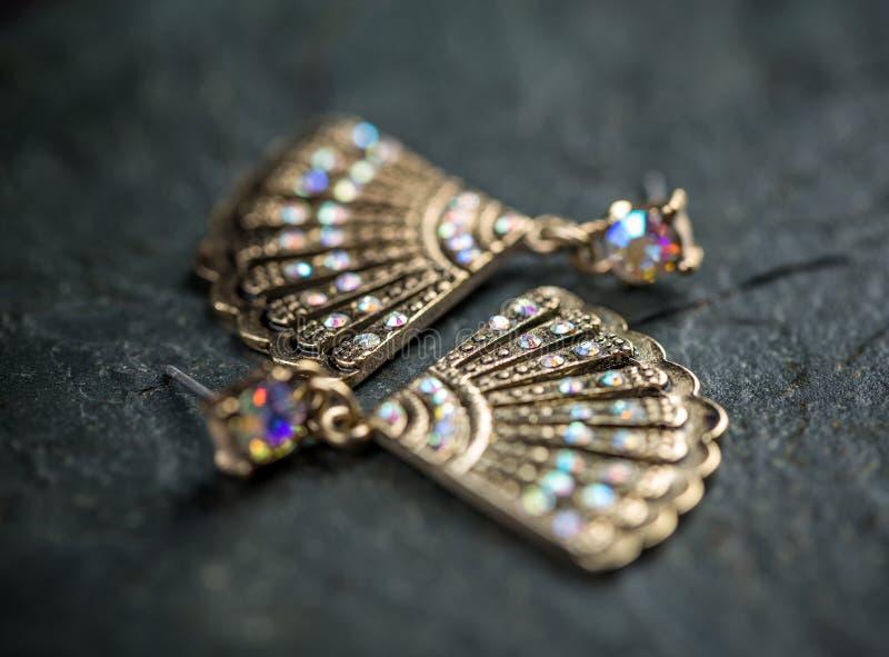 Fan formade metallörhängen royaltyfri bild