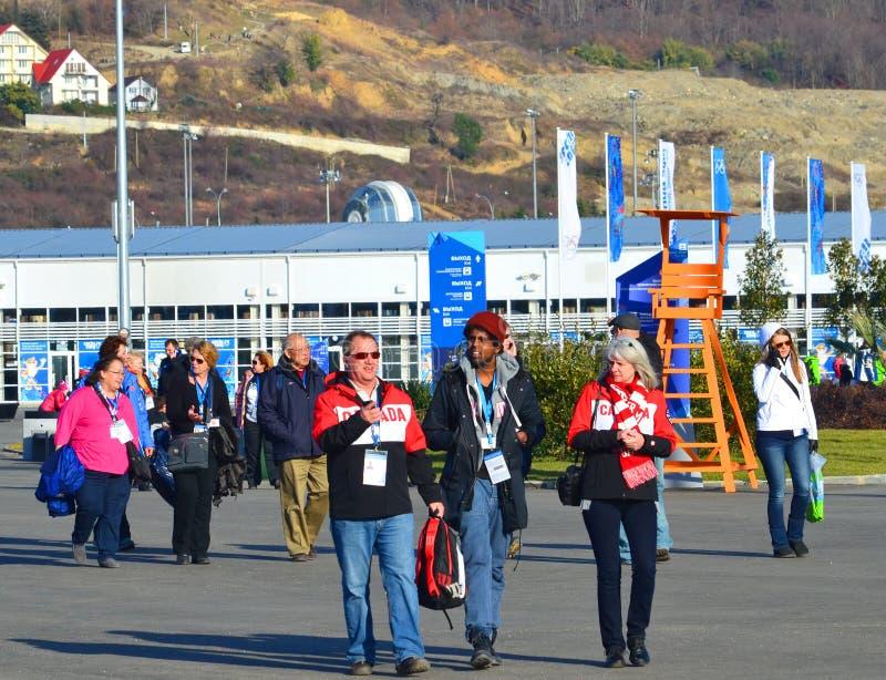 Fan i wolontariuszi przy wejściem Olimpijski park zdjęcie stock