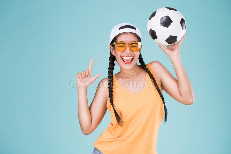 Fan linda de la mujer del campeonato del fútbol Muchacha apta que sostiene la bola foto de archivo
