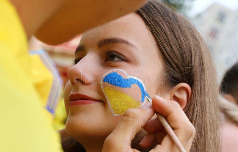Fan-marcha de los partidarios nacionales ucranianos del equipo de fútbol en Járkov fotografía de archivo libre de regalías
