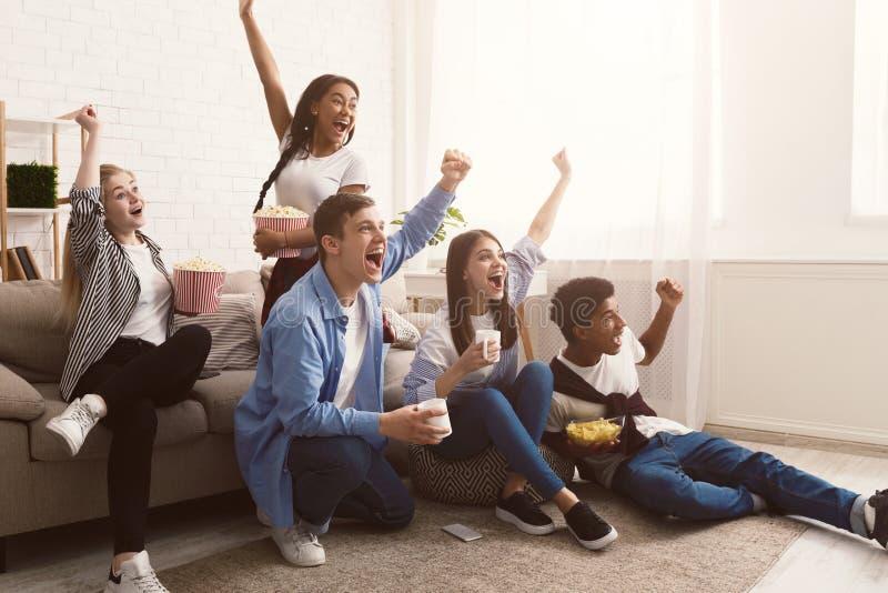 Fan piłki nożnej Jouful przyjaciele krzyczy, oglądający dopasowanie wpólnie obraz royalty free