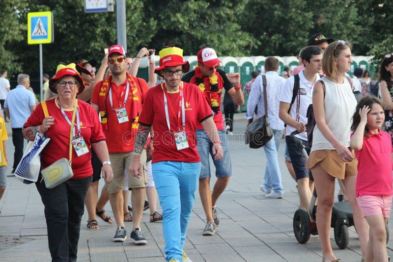 fan piłki nożnej chodzą ulicy Moskwa obraz stock