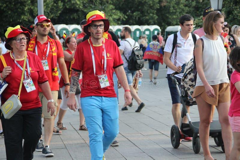 fan piłki nożnej chodzą ulicy Moskwa fotografia royalty free