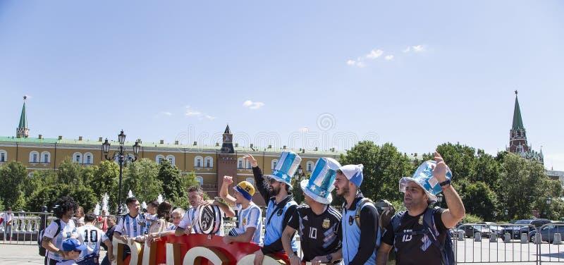 Fan piłki nożnej chodzi ulicy Moskwa, Rosja 2018 FIFA puchar świata w Rosja obrazy royalty free