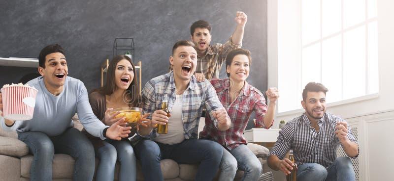 Fan piłki nożnej emocjonalnie ogląda grę w żywym pokoju zdjęcia royalty free
