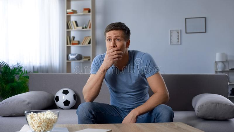 Fan piłki nożnej niepokoi o stracie krajowa drużyna futbolowa w turnieju, transmisja fotografia stock