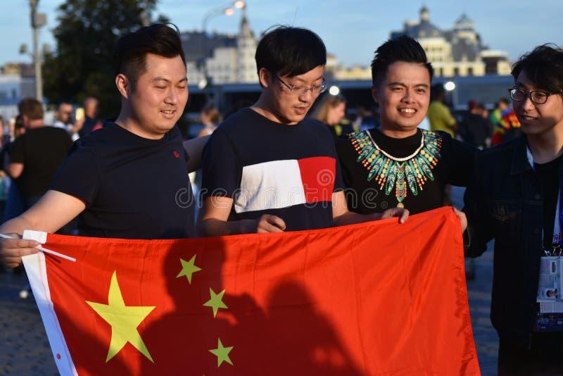Fan piłki nożnej od Porcelanowej pozy dla fotografii w placu czerwonym w Moskwa obrazy royalty free
