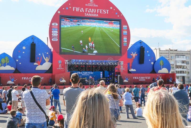 Fan piłki nożnej zegarka program na żywo dopasowanie w fan strefie 2018 FIFA puchar świata w Samara obraz stock