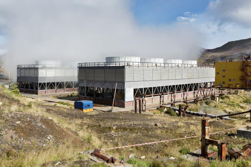 Fan som kyler torn av Mutnovskaya den geotermiska kraftverket Kamchatka halvö, ryska Far East arkivbild