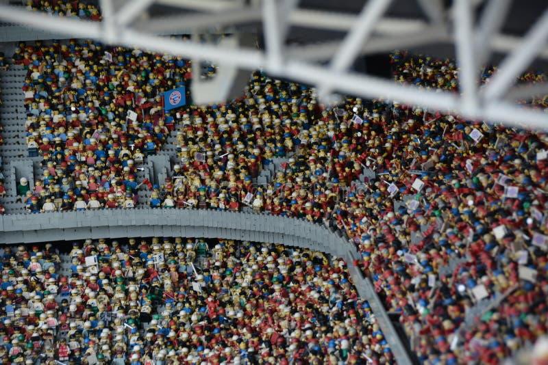 Fan in stadio di football americano in Munichmade dal blocchetto di plastica di lego immagine stock libera da diritti