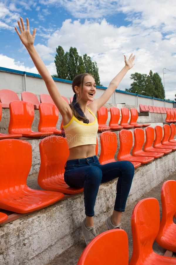 Fan teenager del sostenitore della ragazza al gioco dello stadio immagine stock