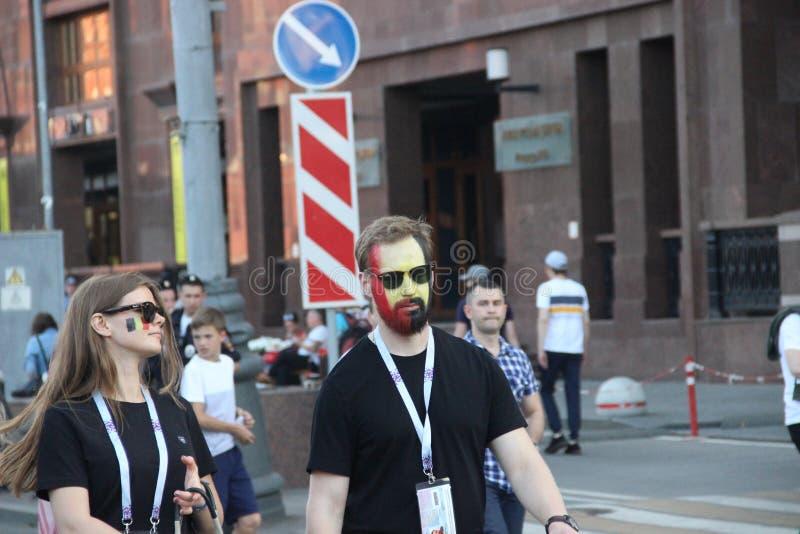 fan?ticos del f?tbol alegres y activos en las calles centrales de Mosc? durante el mundial fotografía de archivo libre de regalías