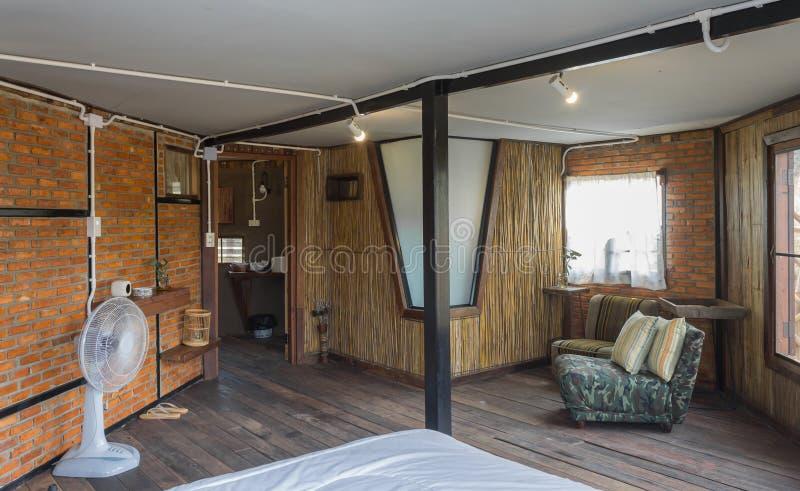 Fan y sof? y cama en dormitorio del sitio de dise?o interior en estilo del desv?n del pa?s fotografía de archivo libre de regalías