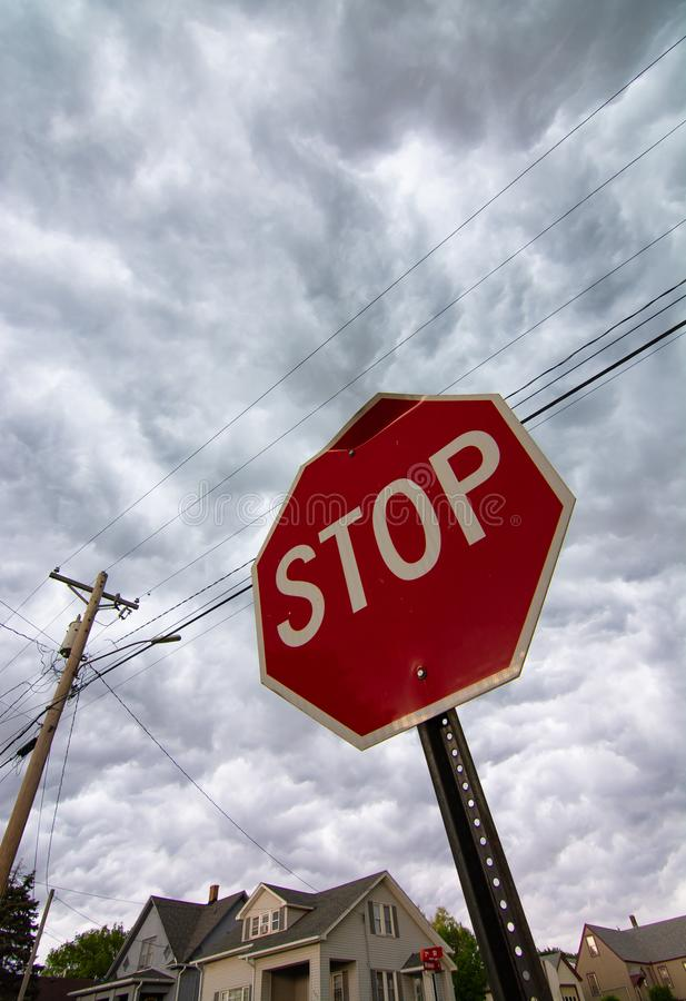 Fanale di arresto con le nuvole di tempesta fotografia stock libera da diritti