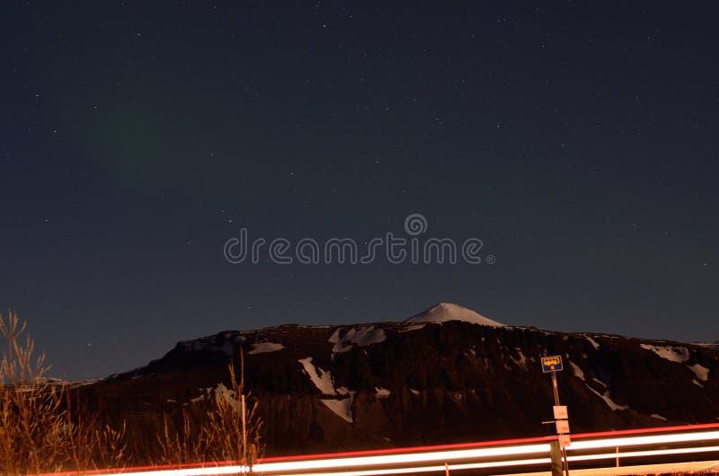Fanali posteriori dell'automobile con il suggerimento di aurora nel cielo notturno fotografia stock libera da diritti