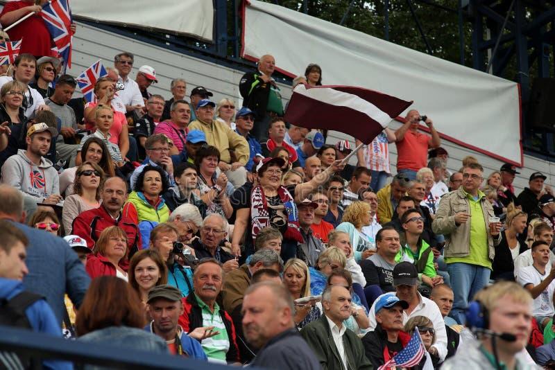 Fanat con la bandiera della Lettonia sulla tribuna fotografia stock