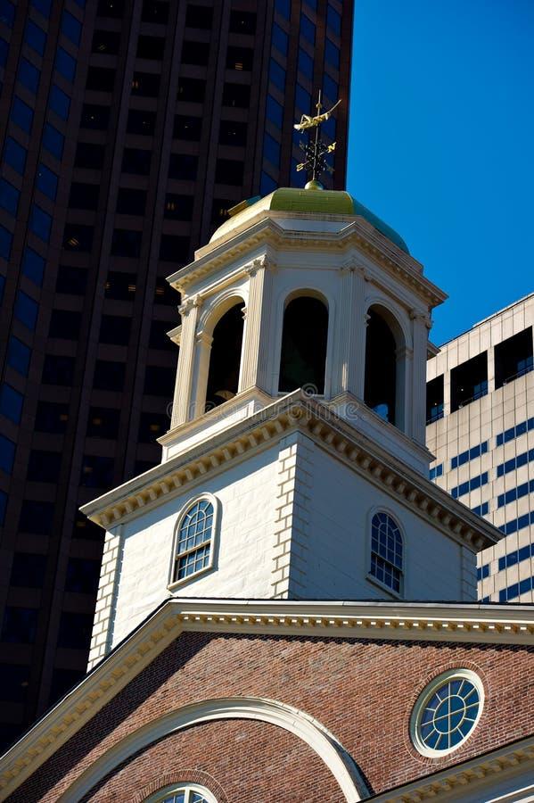 Faneuil Corridoio, Boston, mA contro il cielo blu immagini stock