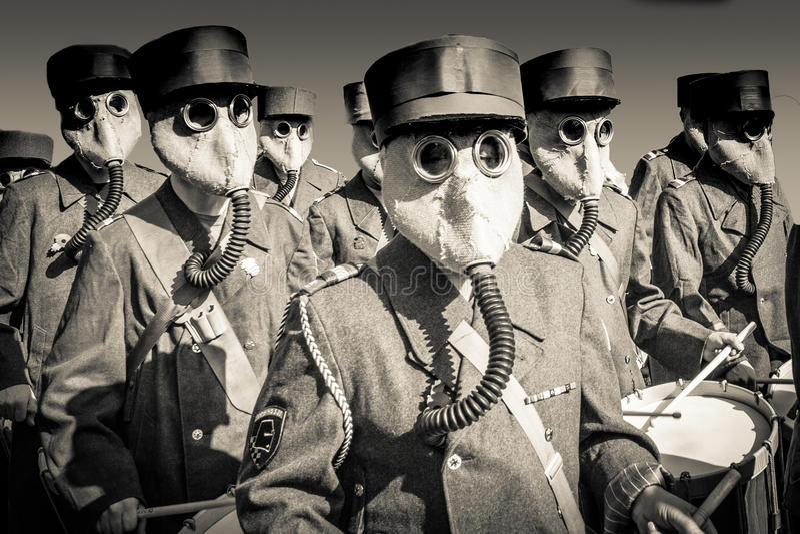 Fanfara di guerra mondiale 2 con le maschere antigas immagine stock