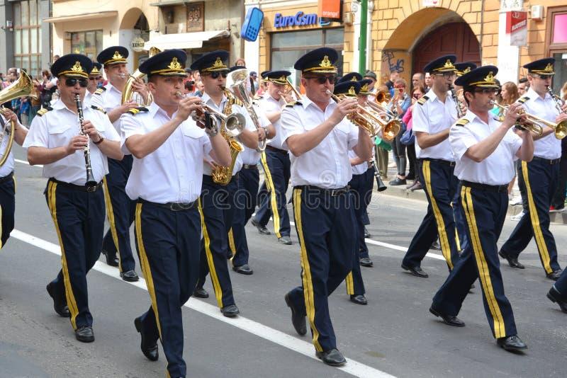 Fanfara podczas Juni parady w mieście Brasov fotografia stock