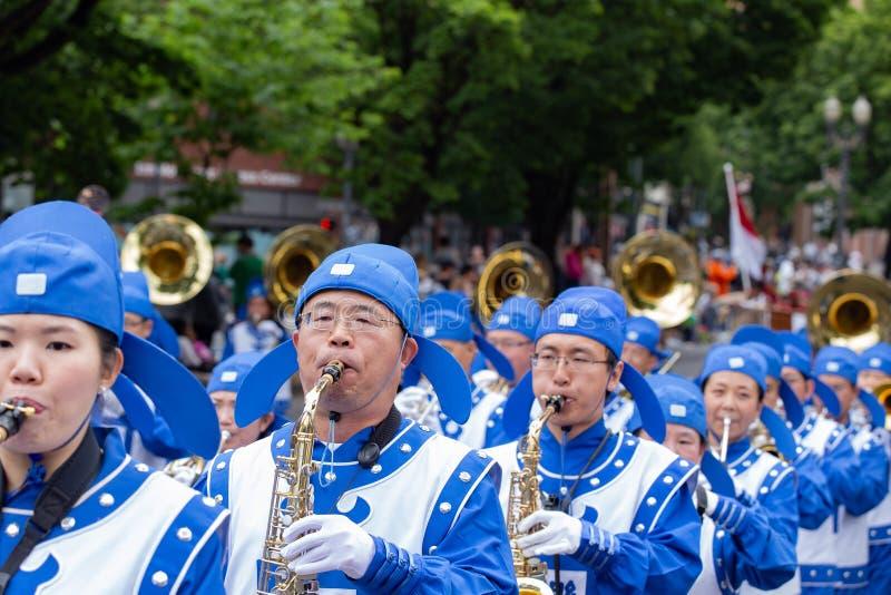 Fanfare asiatique habillée dans l'uniforme photographie stock