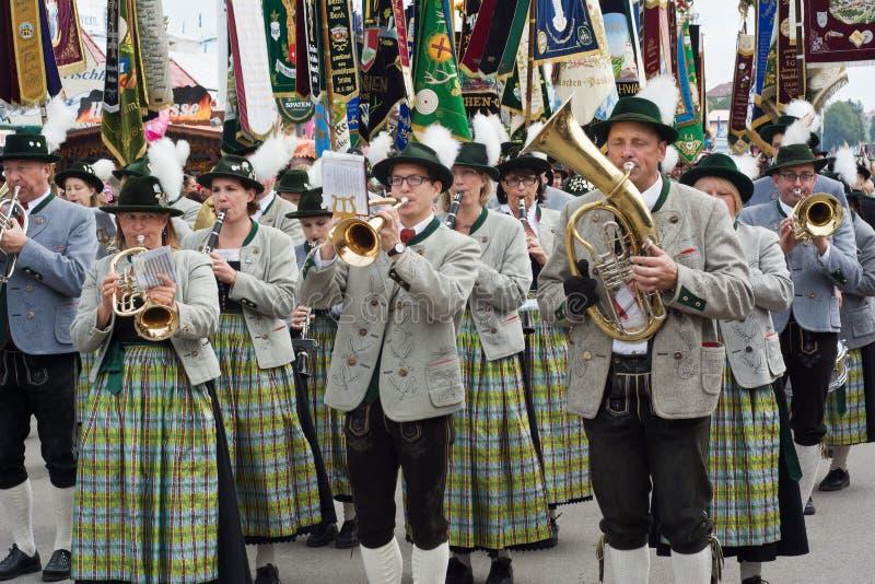 Fanfare d'Oktoberfest avec des instruments photos stock