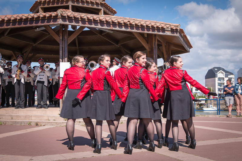 Fanfare die in de straat dansen royalty-vrije stock afbeeldingen