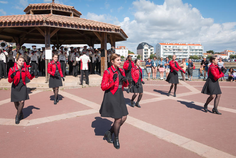 Fanfare die in de straat dansen stock foto