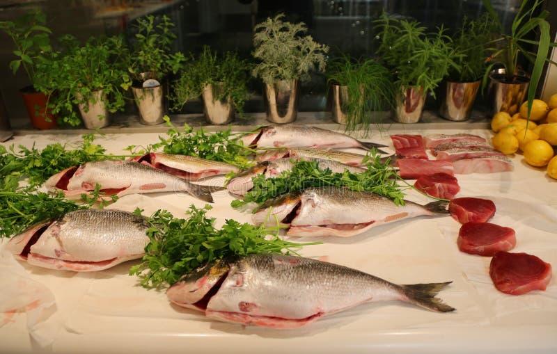 Fang der frischen Fische auf Anzeige im Restaurant stockfotos