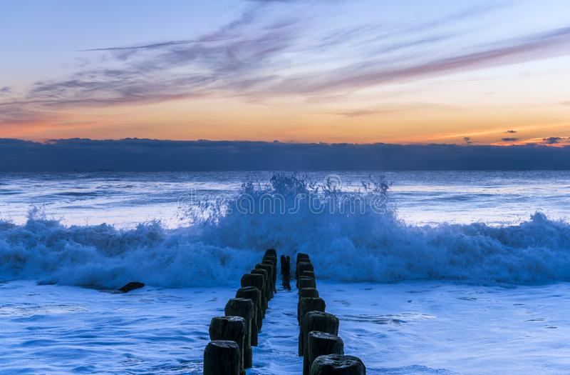 Fangen der Wellen auf New-Jersey Ufer lizenzfreies stockfoto
