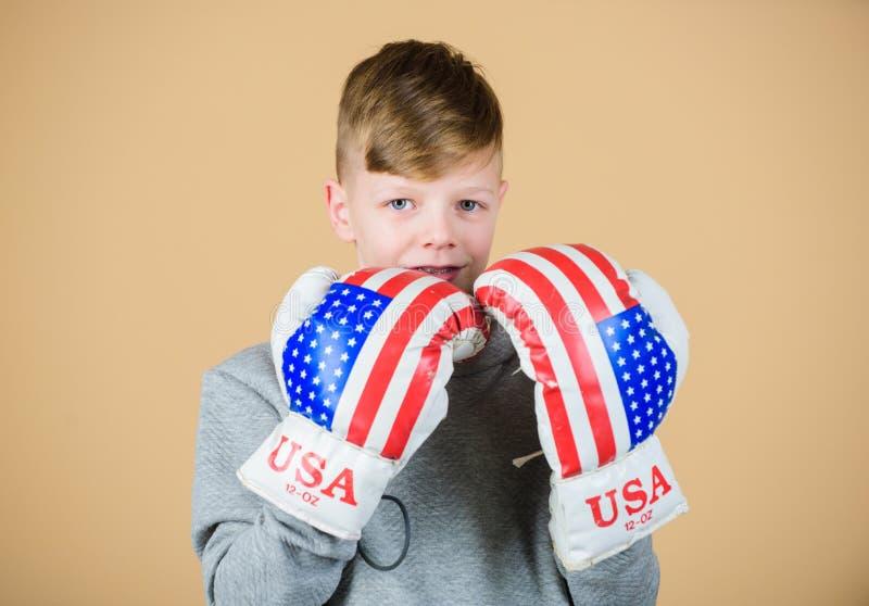 Fangen Sie an, Karriere einzupacken Amerikanisches Boxerkonzept Kindersportlicher Athlet, der F?higkeiten einpackend ?bt Verpacke lizenzfreie stockfotografie