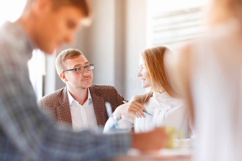 Fangen Sie oben Geschäftsleute Gruppe an, täglichen Job zu bearbeiten lizenzfreie stockbilder