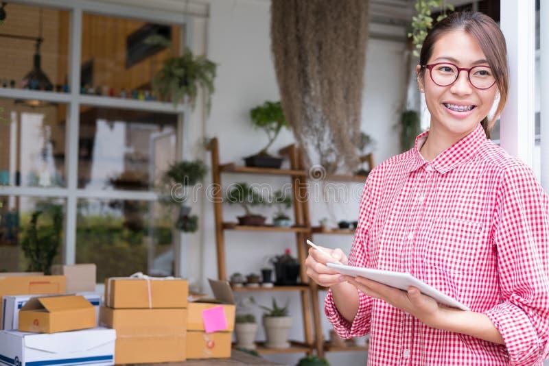 Fangen Sie oben Kleinunternehmer an, mit digitaler Tablette am wor zu arbeiten lizenzfreie stockfotos