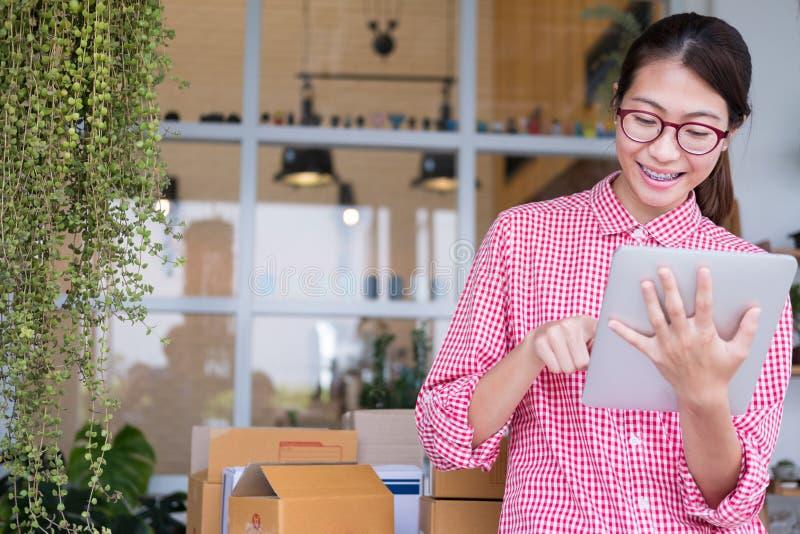 Fangen Sie oben Kleinunternehmer an, mit digitaler Tablette am wor zu arbeiten lizenzfreies stockbild