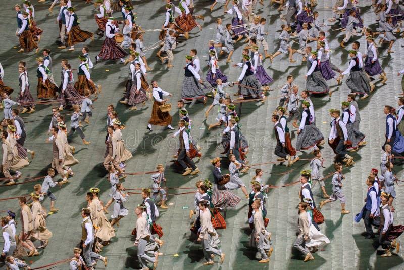 Fangen Sie voll von den Volkstänzern, während der Lied-und Tanz-Feier auf lizenzfreies stockbild