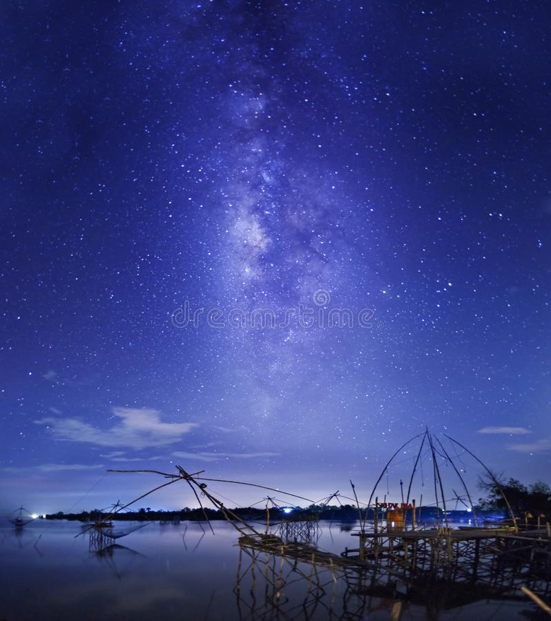 Fangende Sterne nachts unter Verwendung des Fischernetzes lizenzfreie stockfotos