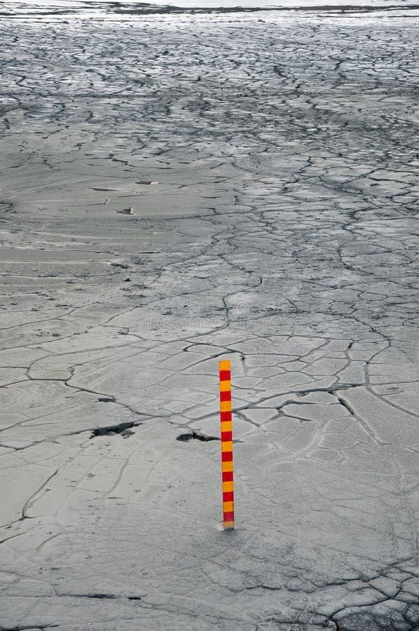 Fango contaminado en una mina de cobre con una escala de la medida foto de archivo