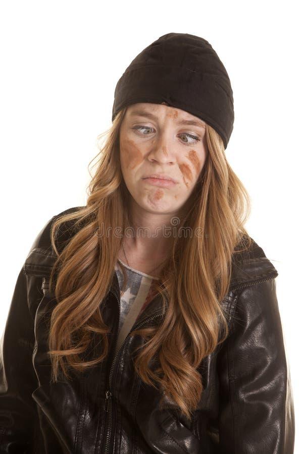 Fango de cuero negro de la mujer en la cara bizca foto de archivo