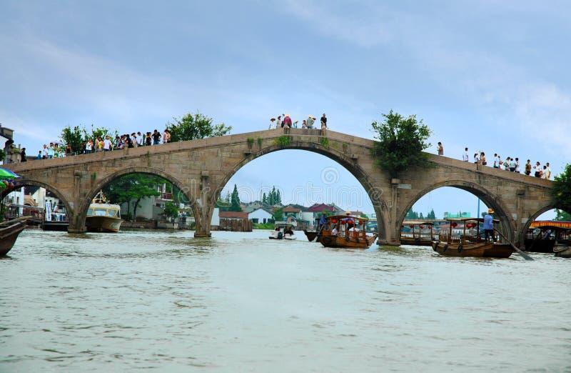 Fangshengbrug in de oude waterstad van Zhujiajiao stock foto's
